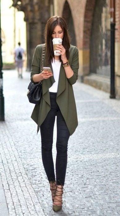 Mujer con jeans, blusa blanca y cardigan color verde militar