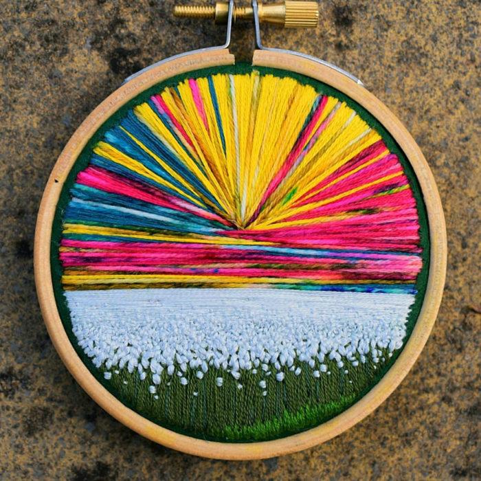 Artista Victoria Rose Richards hace bordados de paisajes naturales; campo de flores blancas con cielo de colores
