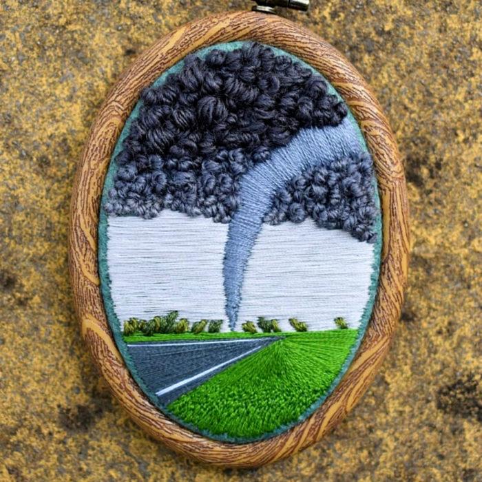Artista Victoria Rose Richards hace bordados de paisajes naturales; tornado en el campo
