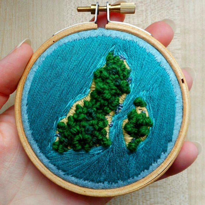 Artista Victoria Rose Richards hace bordados de paisajes naturales; isla con árboles