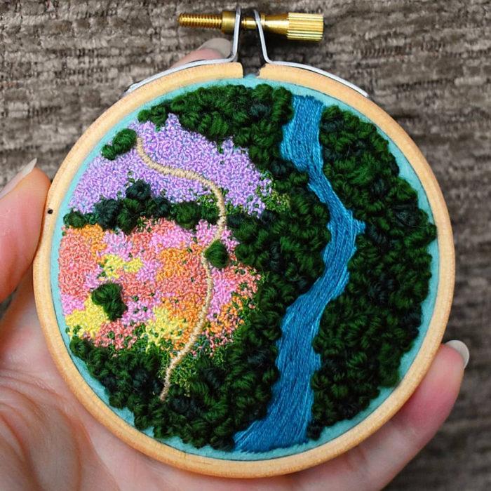 Artista Victoria Rose Richards hace bordados de paisajes naturales; río y selva
