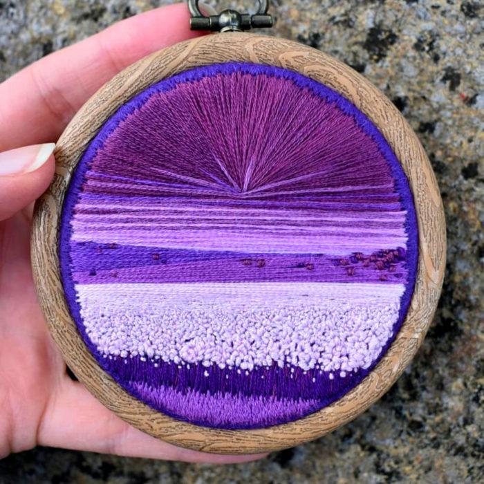 Artista Victoria Rose Richards hace bordados de paisajes naturales; campo de lavanda con cielo morado