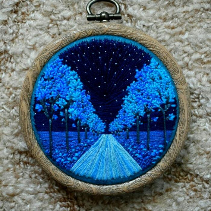 Artista Victoria Rose Richards hace bordados de paisajes naturales; camino de árboles al anochecer