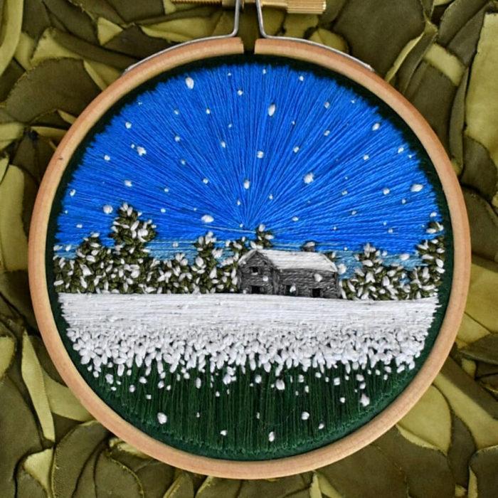 Artista Victoria Rose Richards hace bordados de paisajes naturales; casa en el campo con nieve