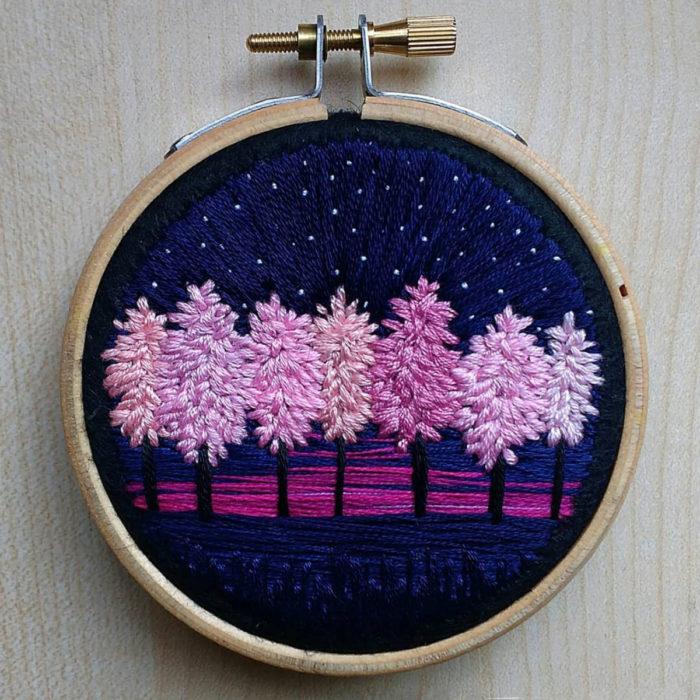 Artista Victoria Rose Richards hace bordados de paisajes naturales; árboles rosas en la noche con cielo morado