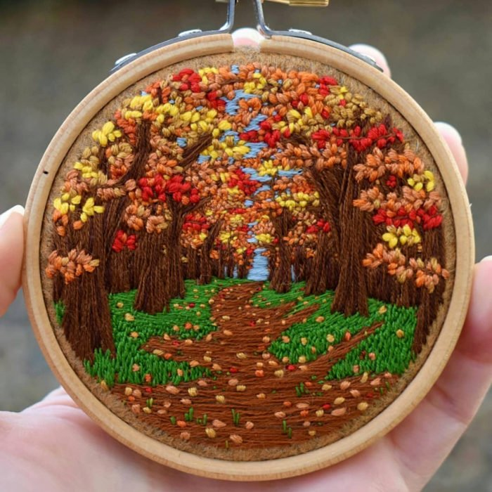 Artista Victoria Rose Richards hace bordados de paisajes naturales; árboles en otoño con hojas en el suelo