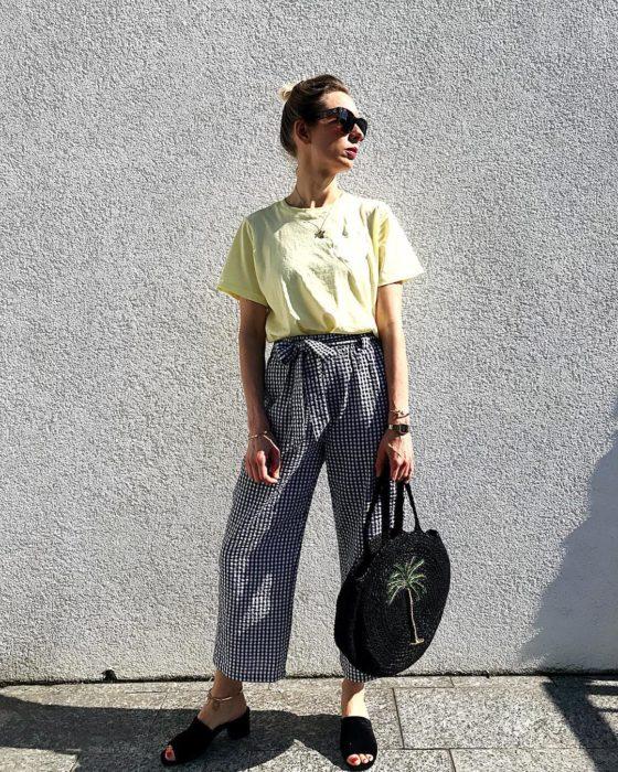 Chica posando con paper bag pants de cuadros negros y blancos