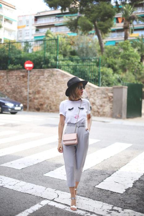 Mujer de cabello corto con blusa blanca y paper bag pants grises