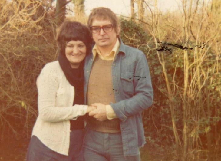 Hombre le escribe un poema diario a su esposa; fotografía vieja de pareja abrazada en el campo