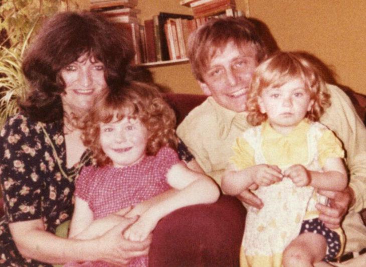 Hombre le escribe un poema diario a su esposa; fotografía vieja de familia, padres junto a sus dos hijas