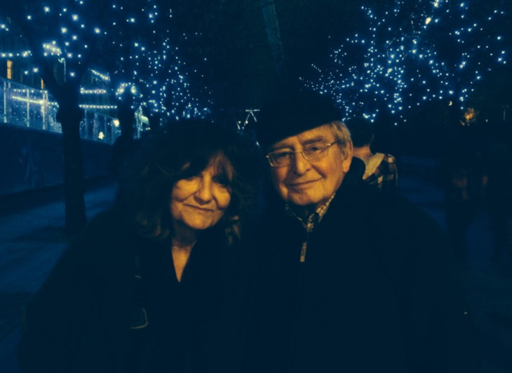 Hombre le escribe un poema diario a su esposa; pareja de esposos viejitos bajo luces que parecen estrellas