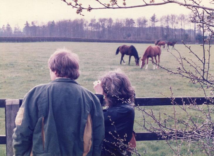 Hombre le escribe un poema diario a su esposa; pareja de esposos en una granja mirando a las vacas en el prado