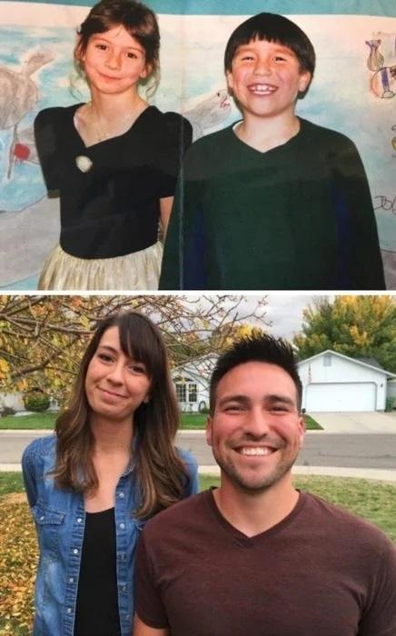 Hombre y mujer recplicando una foto de la infancia, sonriendo, en un jardín uno frente al otro