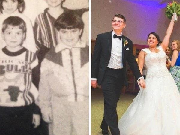 Pareja de esposo replicando una foto de la infancia tomados de las manos durante un baile