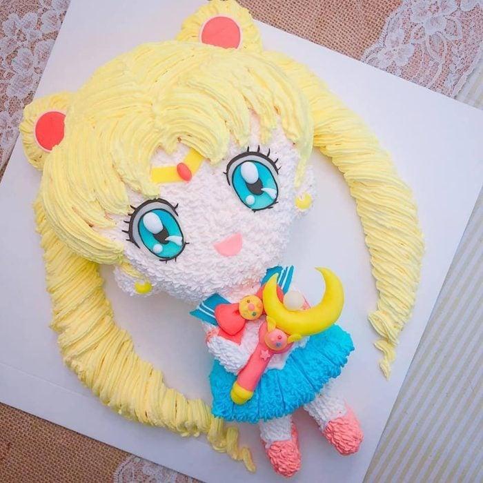 Pastel de Sailor Moon, con Serena y decorado con betún