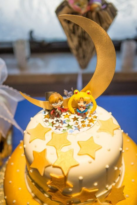 Pastel de Sailor Moon de colores blanco y dorado