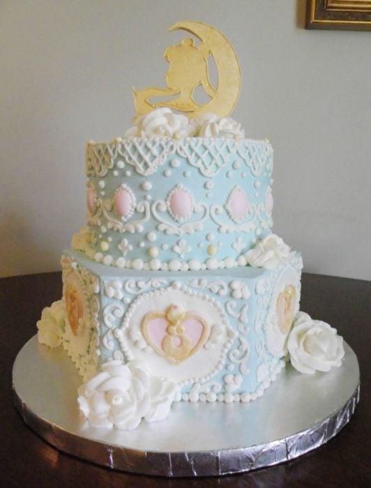 Pastel de Sailor Moon de dos piso tipo para una boda, con cubierta en tono azul y decoración dorada