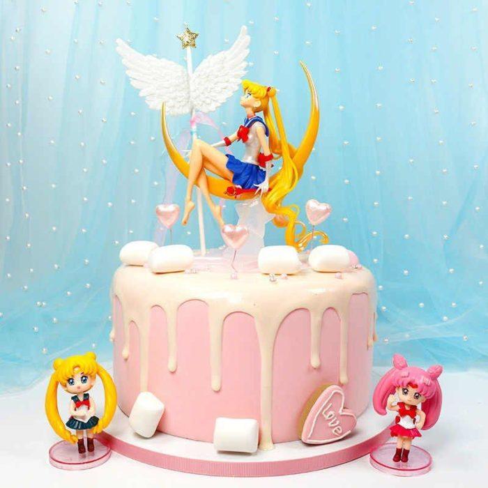 Pastel de Sailor Moon con fondant rosa, y algunas decoraciones