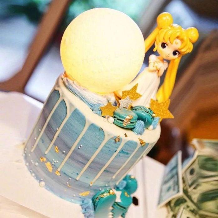 Pastel de Sailor Moon con Serena y una luna enorme, en tonalidadez azules y chorreado de chocolate blando