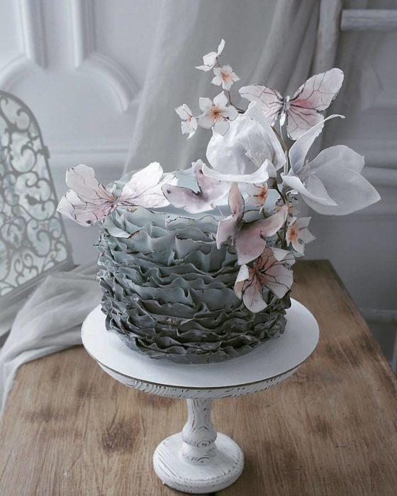 Pastel ve olanes verdes con flores blancas