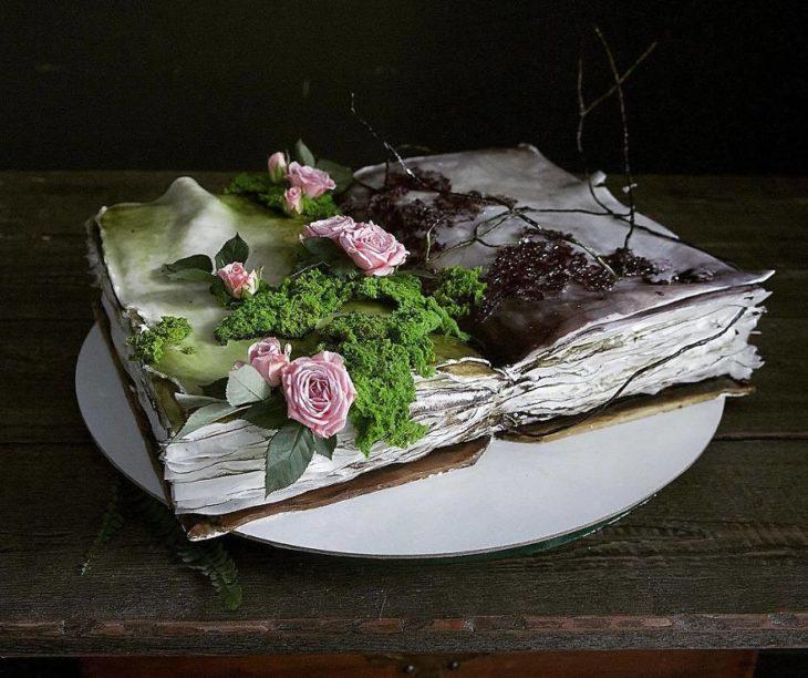 Pastel de libro con rosas y musgo