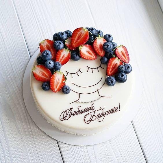 Pastel de vainilla decorado con fresas y arandanos