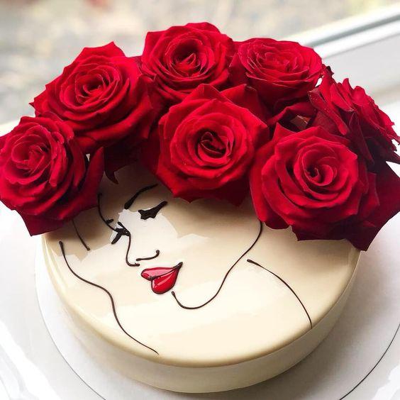 Pastel de vainilla decorado con rosas naturales
