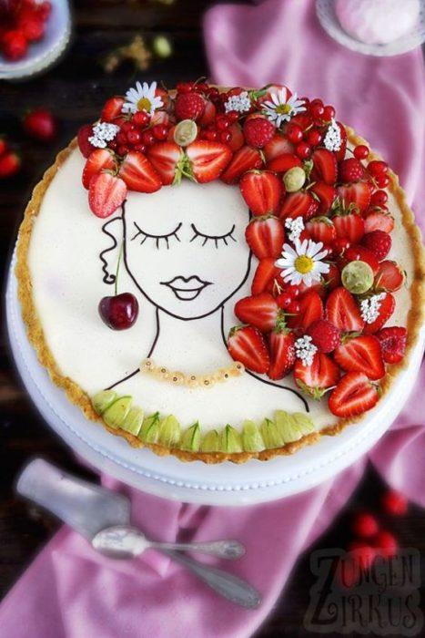 Pastel de vainilla decorado con fresas, margaritas, cerezas y betún de limón