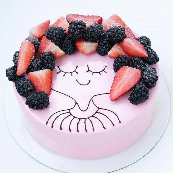 Pastel de fresa decorado con moras y rebanadas de fresas