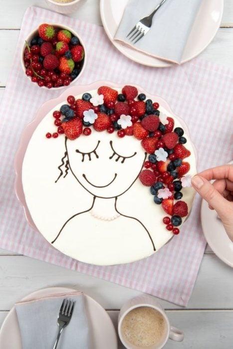 Pastel de betún de vainilla decorado con frambuesas, arándanos y fresas