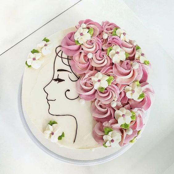 Pastel de vainilla decorado con betún de fresa e forma de rosas