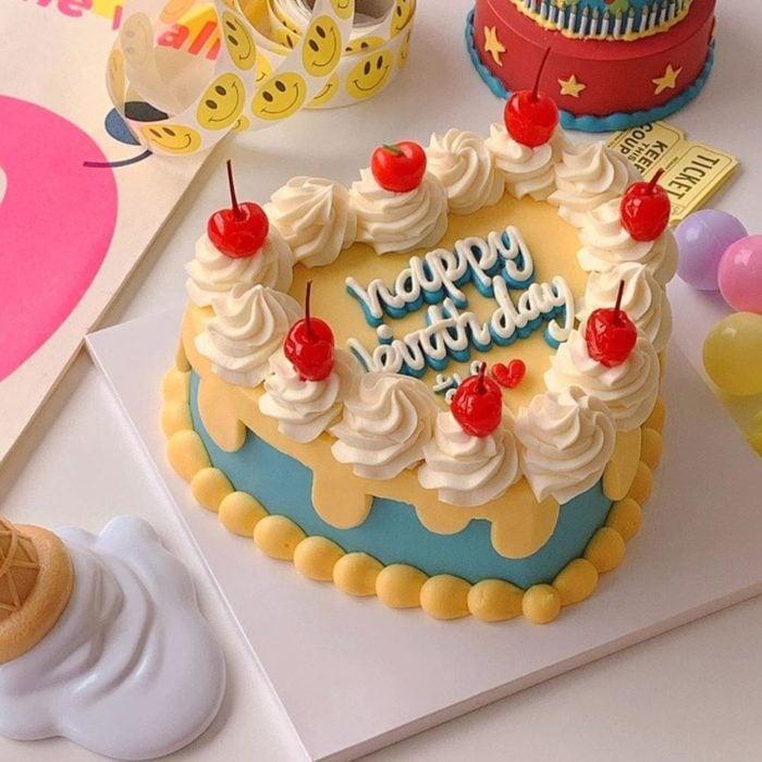 Pastel de cumpleaños kawaii en forma de corazón