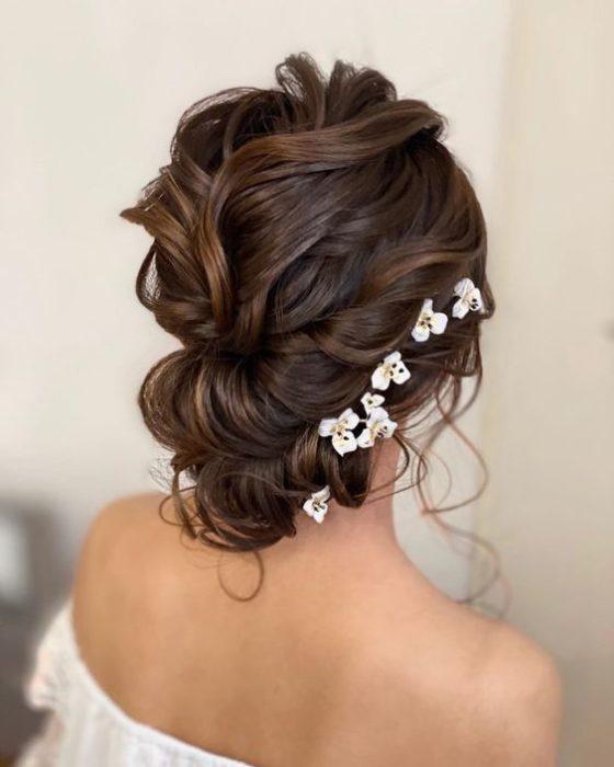 Recogido despienado de novia con tocado de flores