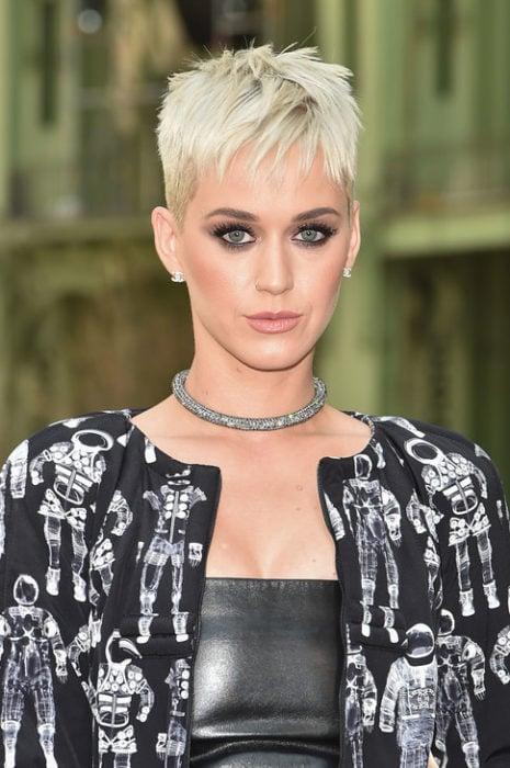 Katy Perry con el cabello cortado estilo pixie