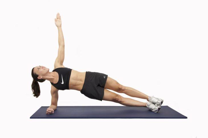 Chica realizando planca lateral