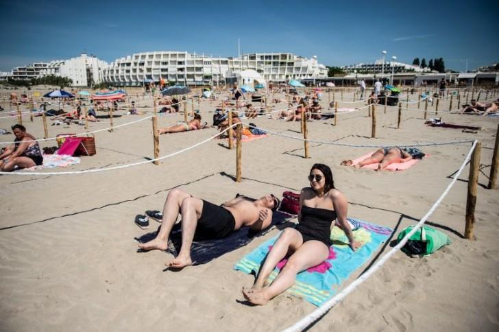 Chicos en la playa, en Francia