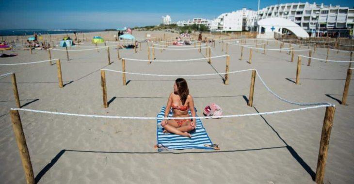 Mujer disfrutando de un día de playa en Francia