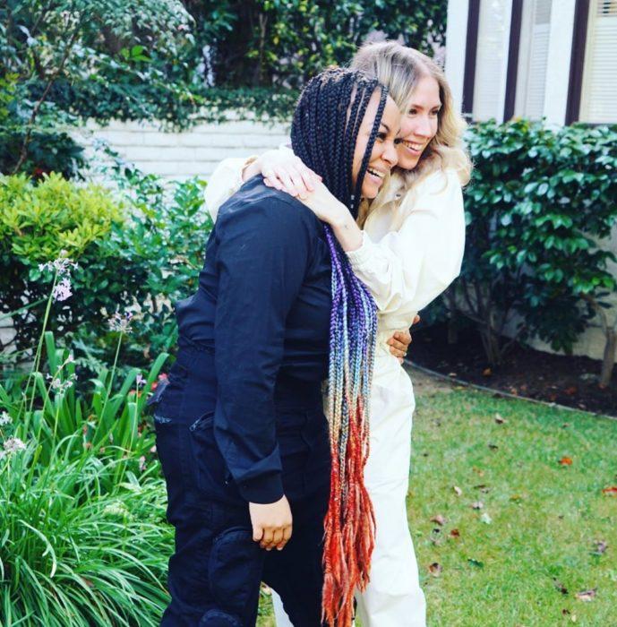 Raven-Symoné y Miranda Maday abrazadas celebrando su boda en el patio de su casa