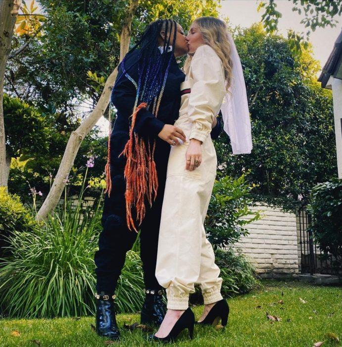 Raven-Symoné y Miranda Maday besándose para celebrar su boda secreta en el patio de su casa