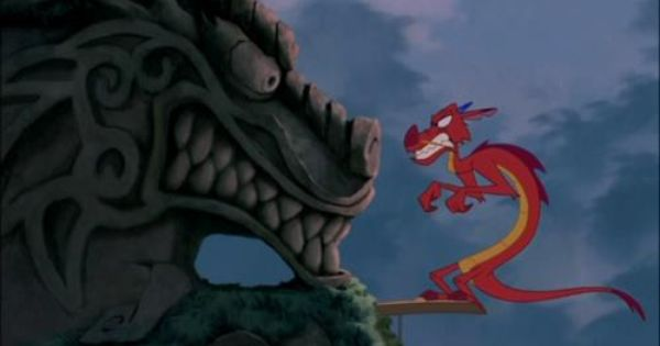 Escena de Mulan en la que mushu está despertando al Gran dragrón de piedra