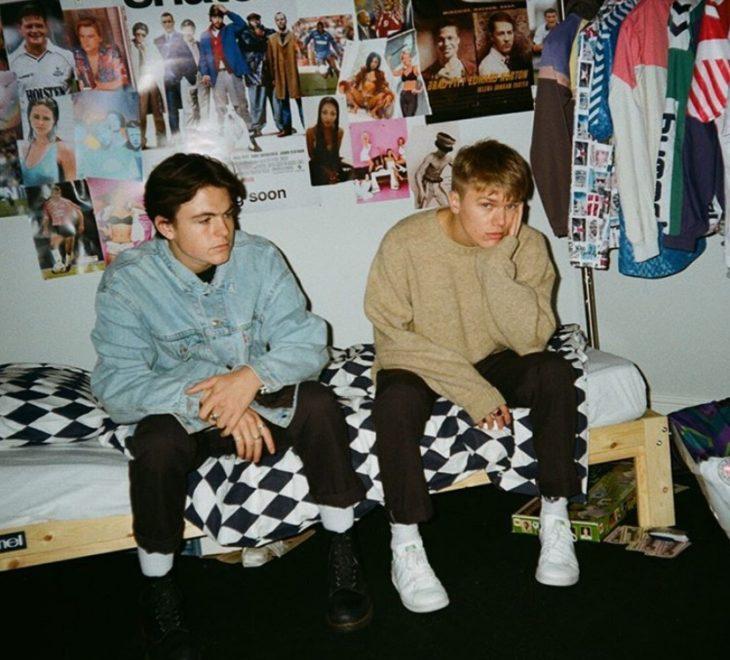 Chicos aburridos sentados en la cama