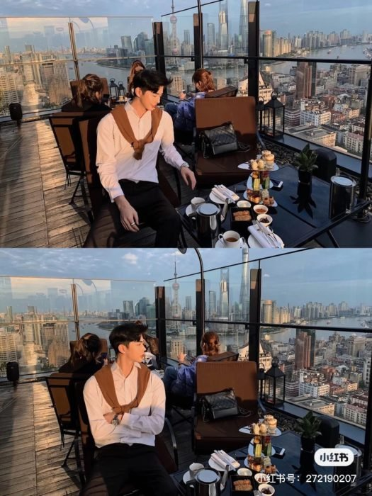 Chico con rasgos asiáticos dentro de un restaurante en un rascacielos