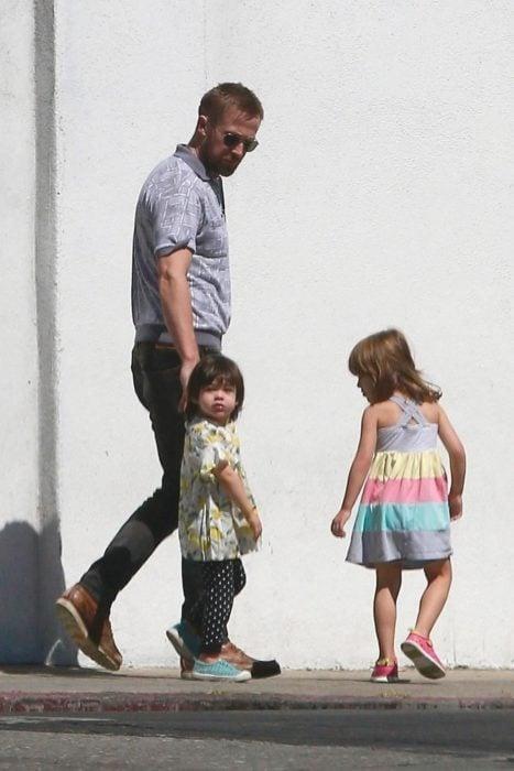 Ryan Gosling tomando de la mano a su pequeño hijo