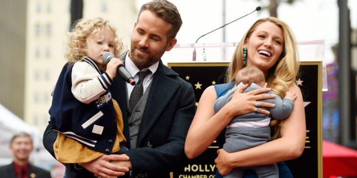 Ryan Reynolds cargando a una de sus hijas