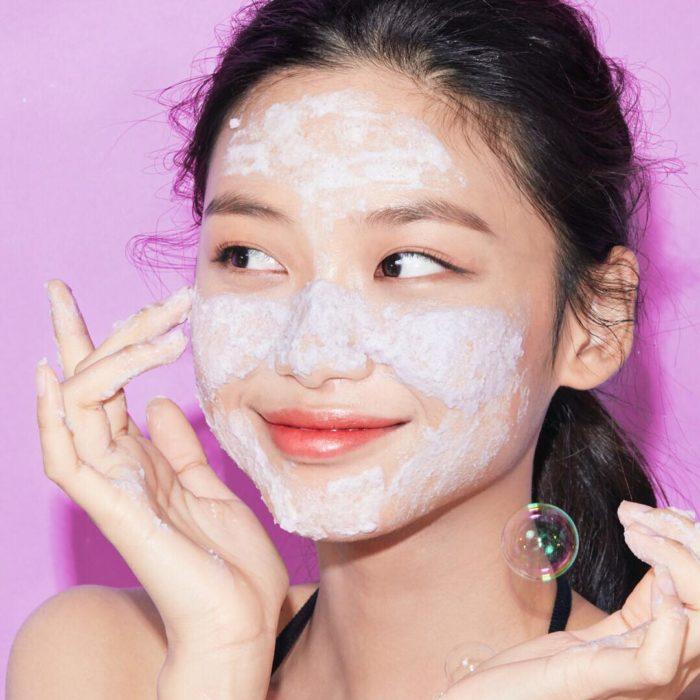 Chica coreana aplicándose una mascarilla