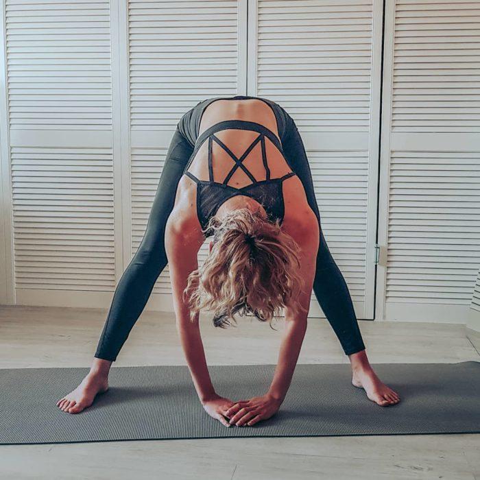 Mujer realizando estiramientos en mat de yoga