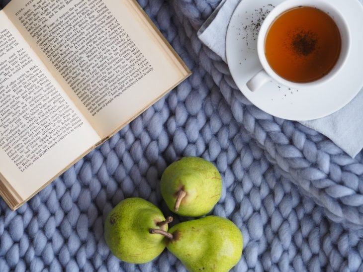 Taza de té, libro y peras