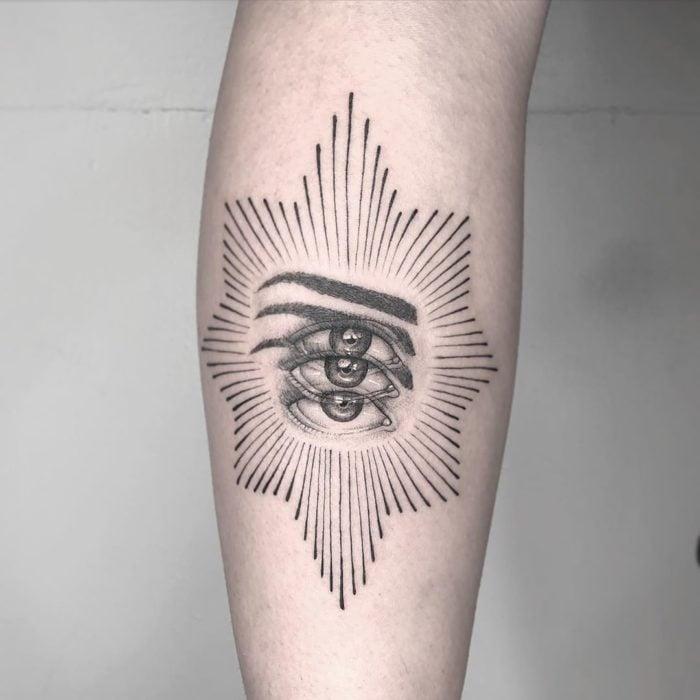 Tatuaje de ilusión óptico de un ojo con halo de estrella