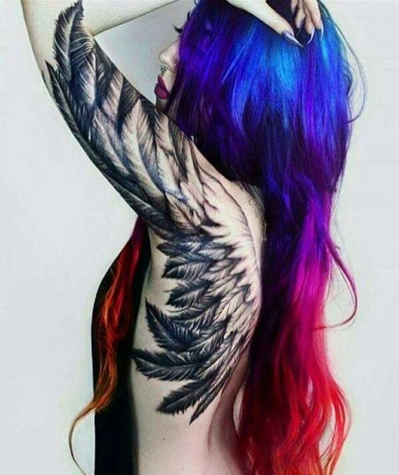 Tatuaje grande de alas blanco y negro en espalda de mujer