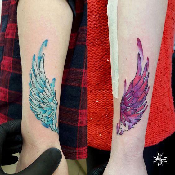 Tatuajes de alas azules y rosas para a migas